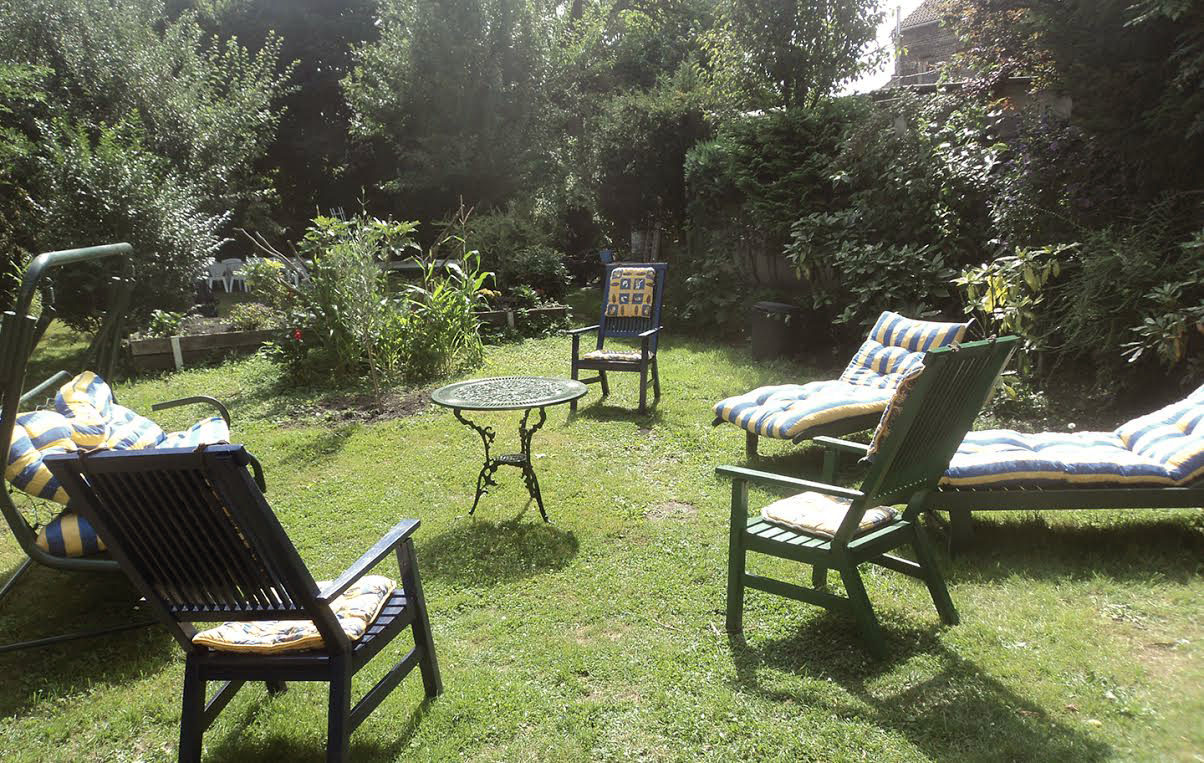 Grand jardin boisé et fleuri avec terrasse