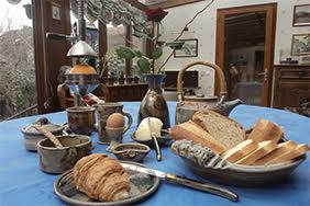 petit dejeuner copieux avec pain, croissant, pain au chocolat, lait, café et jus de fruit